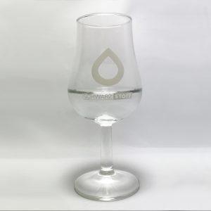 Schwarzstoff Glas mit Schnapsfüllung