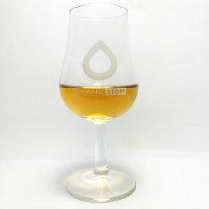 Schwarzstoff Glas mit Whiskyfüllung